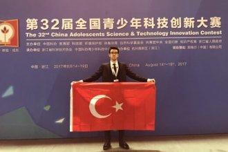 Lise öğrencisi Mert Akyürekli, Çin'de dünya birincisi oldu